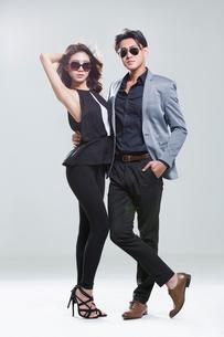 Fashionable young coupleの写真素材 [FYI02733279]