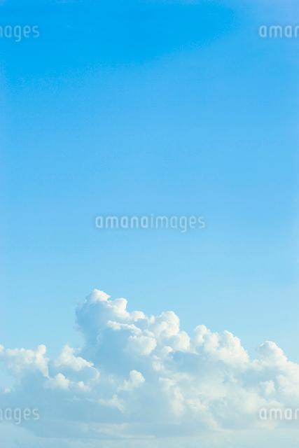 青空と白い雲の写真素材 [FYI02734241]
