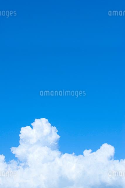 青空と白い雲の写真素材 [FYI02735134]