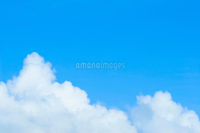 青空と白い雲の写真素材 [FYI02736128]