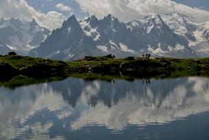 湖面に映る針峰の写真素材 [FYI02738058]
