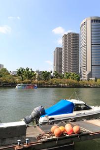 水陸両用バスとモーターボートの写真素材 [FYI02738063]