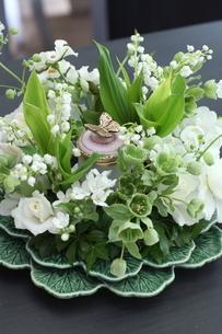 スズランと初夏の花のアレンジメントの写真素材 [FYI02738070]