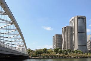 桜之宮橋(銀橋)と大川の写真素材 [FYI02738071]