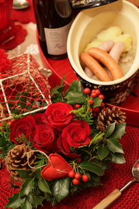 料理とクリスマスアレンジの写真素材 [FYI02738073]
