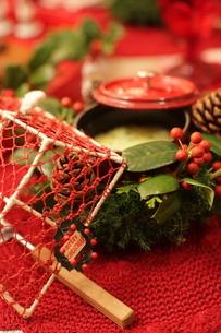 クリスマスアレンジと料理の写真素材 [FYI02738078]