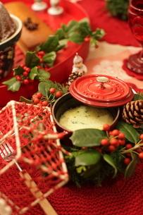 クリスマスアレンジと料理の写真素材 [FYI02738140]