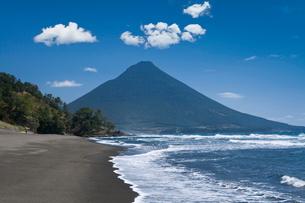 瀬平海岸からの開聞岳の写真素材 [FYI02738169]
