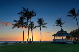 ハワイ島のマウナラニリゾートの夕陽の写真素材 [FYI02738226]