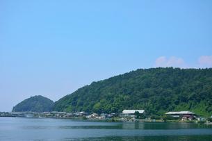 沖島中心部(写真左の沖島港から写真右の沖島小学校まで)の写真素材 [FYI02738266]