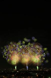 夜景と長岡まつり大花火大会の超大型ミラクルスターマインの写真素材 [FYI02738300]