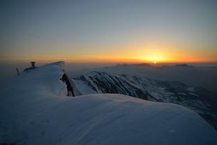 白馬岳の頂上の展望図指示盤と日の出の写真素材 [FYI02738308]