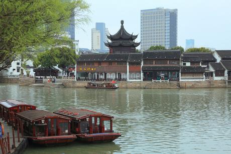 蘇州 運河と朝宗閣とビルの写真素材 [FYI02738354]