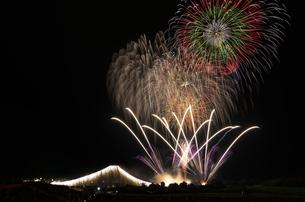 常総きぬ川花火大会 オープニング花火ナイアガラ富士200m付の写真素材 [FYI02738388]