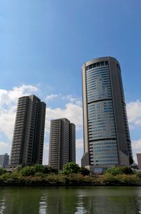 青空と高層ビルの写真素材 [FYI02738455]