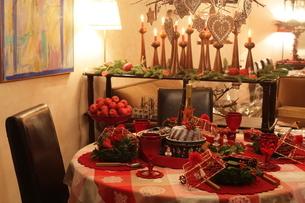 クリスマスアレンジと料理の写真素材 [FYI02738476]