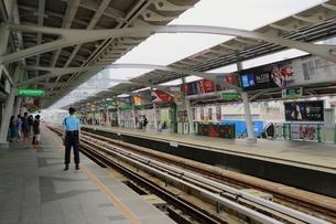 タイ・バンコクのBTSトンロー駅のホームの写真素材 [FYI02738478]