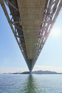 瀬戸大橋の高架下の写真素材 [FYI02738496]