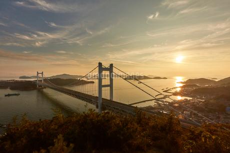 瀬戸大橋と夕景の写真素材 [FYI02738523]