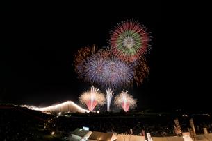 常総きぬ川花火大会 オープニング花火ナイアガラ富士200m付の写真素材 [FYI02738524]