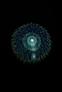 常総きぬ川花火大会 8号玉 昇り小花付光の波紋の写真素材 [FYI02738527]