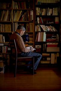 書斎で読書をするシニア男性の写真素材 [FYI02738544]