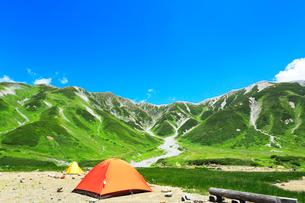 夏の立山連峰と雷鳥沢野営場の写真素材 [FYI02738562]