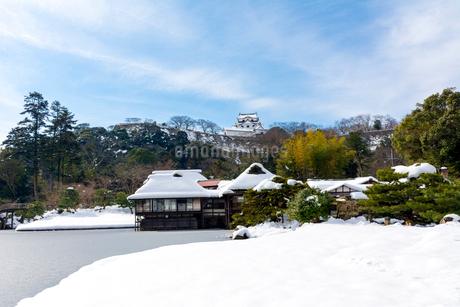 雪の玄宮園と彦根城の写真素材 [FYI02738578]