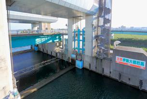 長良川河口堰の閘門と魚道の写真素材 [FYI02738606]