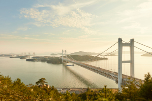 瀬戸大橋と夕景の写真素材 [FYI02738665]