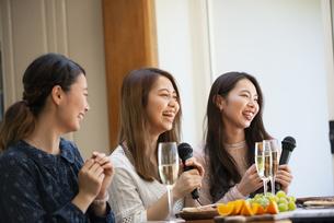 家でカラオケパーティをしている女性たちの写真素材 [FYI02738682]