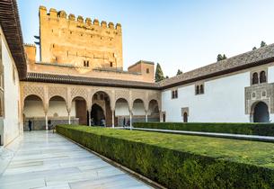 アルハンブラ宮殿パティオからコマレス宮を見るの写真素材 [FYI02738690]