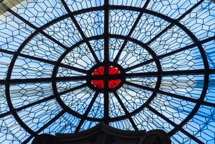ピラール聖母教会ステンドグラスをあしらった蜘蛛の巣状の円形飾り窓の写真素材 [FYI02738709]