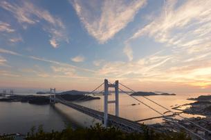 瀬戸大橋と夕景の写真素材 [FYI02738746]
