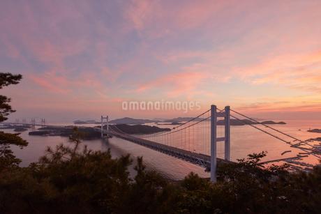 瀬戸大橋と夕景の写真素材 [FYI02738763]