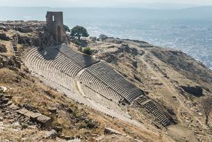 ベルガマ市街地を見下ろす古代ペルガモン遺跡大劇場の写真素材 [FYI02738786]