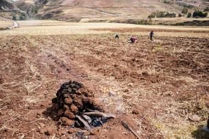 ケチュア族の伝統料理で使用する大地の釜「ウアティア」の写真素材 [FYI02738808]
