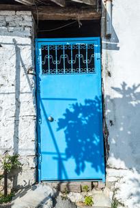 青い扉のある田舎家の味わいある風景の写真素材 [FYI02738856]