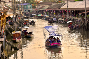 アムパワー水上マーケット運河夕景の写真素材 [FYI02738866]