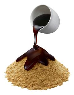 みつの容器と黒みつきな粉の写真素材 [FYI02738886]