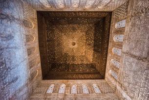 アルハンブラ宮殿大使の間の木象嵌天井ドームを見上げるの写真素材 [FYI02738912]