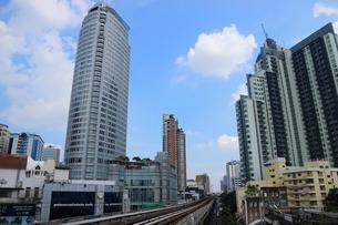 タイ・バンコクのBTSトンロー駅周辺のビル群の写真素材 [FYI02738917]