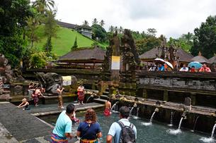 バリ島ティルタウンプル寺院の沐浴場の写真素材 [FYI02738919]