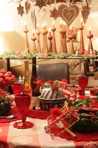 料理とクリスマスアレンジの写真素材 [FYI02738962]