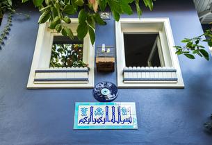 魔除けの目玉を取り付けた青色の壁の写真素材 [FYI02738971]