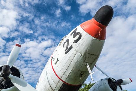 海上自衛隊鹿屋航空基地屋外展示機の機首を空に見上げるの写真素材 [FYI02738976]