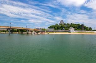 唐津城と城内橋の写真素材 [FYI02739042]