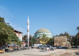 オープンカフェのある広場より見るモスクの写真素材 [FYI02739061]