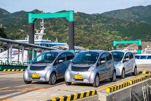 港に停車する電気自動車のレンタカーの写真素材 [FYI02739168]