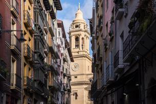 パンプローナ路地より見るサンタ・マリア大聖堂の写真素材 [FYI02739170]